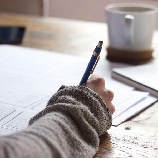Formando escrevendo numa folha