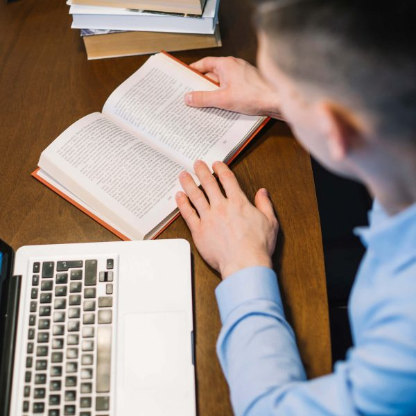 Formando escrevendo mensagem para convite de formatura
