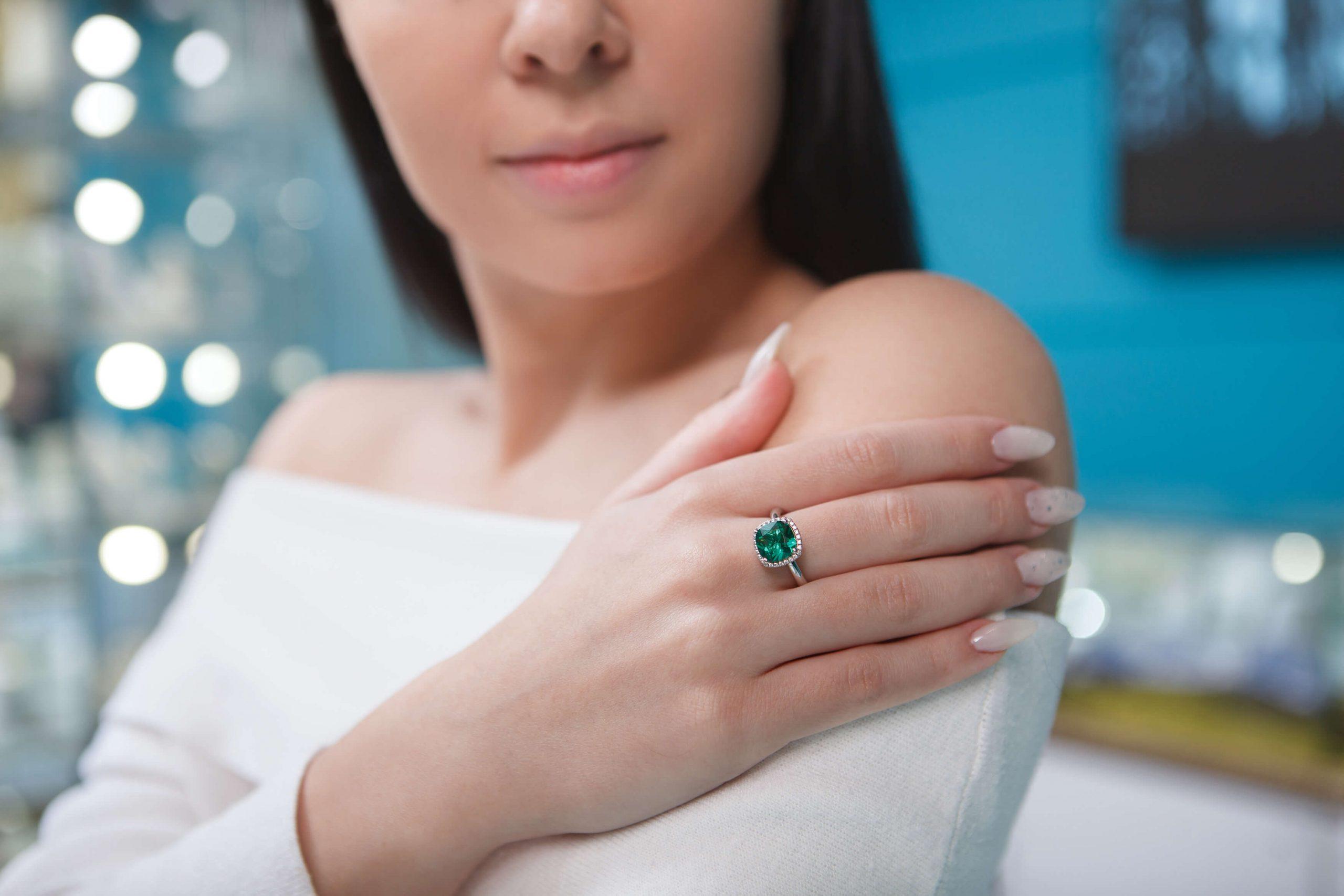 Mulher usando anel de Formatura